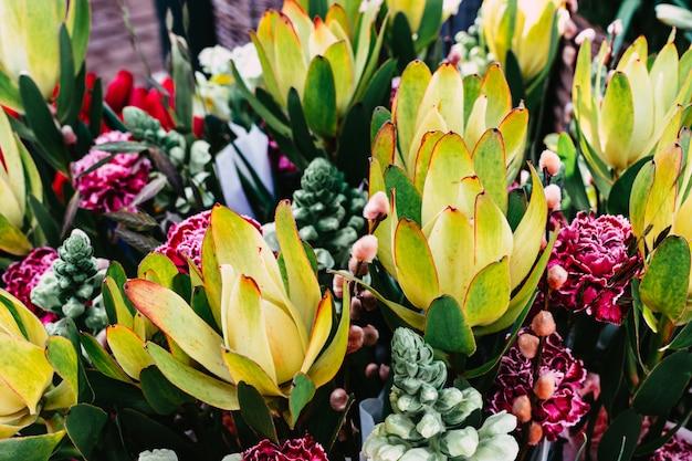 Kleurrijke nixed bloemenboeketten op straatmarkt, zachte nadruk