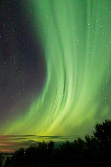 Kleurrijke noorderlicht aan de hemel