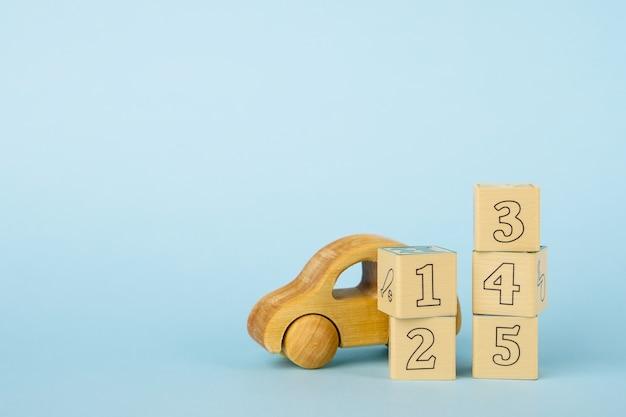 Kleurrijke nummers kubussen en houten speelgoedauto