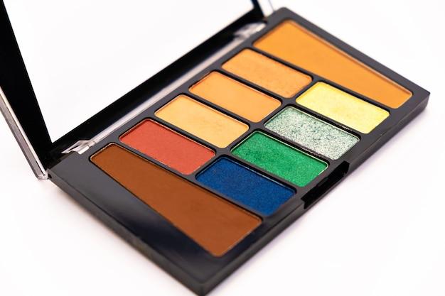 Kleurrijke oogschaduw make-up palet geïsoleerd op wit oppervlak make-up artiest tools