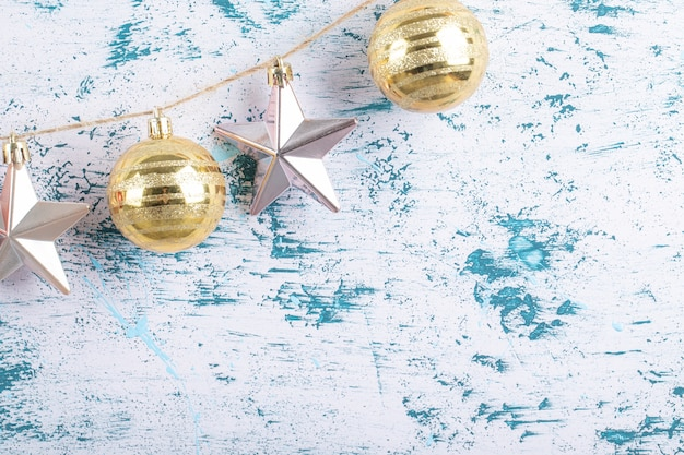 Kleurrijke ornamenten opgehangen aan de rustieke draad op een blauw wit patroon