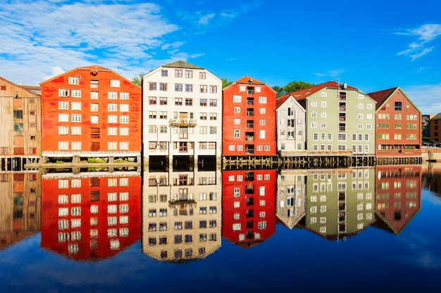 Kleurrijke oude huizen aan de dijk van de rivier de nidelva in het centrum van de oude stad trondheim, noorwegen