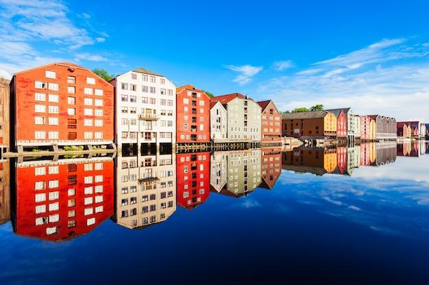 Kleurrijke oude huizen aan de dijk van de rivier de nidelva in het centrum van de oude stad trondheim, noorwegen Premium Foto