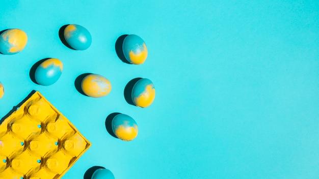 Kleurrijke paaseieren met rek op tafel