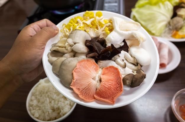 Kleurrijke paddenstoelen op een schotel in restaurant in puli, nantou, taiwan