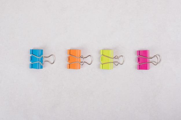 Kleurrijke paperclips op witte achtergrond. hoge kwaliteit foto