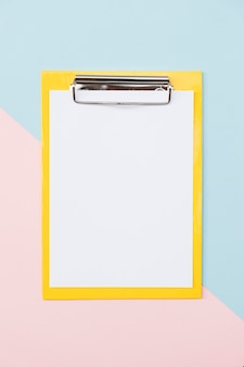 Kleurrijke papier houder op kleurrijke achtergrond
