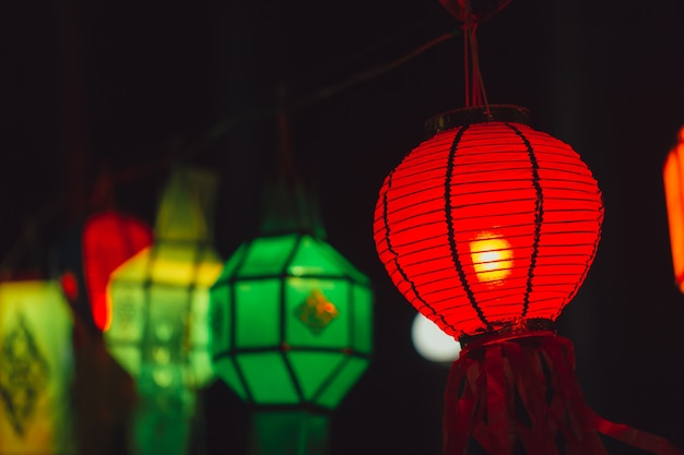 Kleurrijke papieren lamp traditionele thaise stijl oproep yee peng lantaarn of yi peng