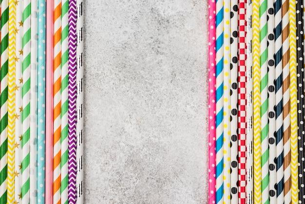 Kleurrijke papieren rietjes kopiëren ruimte