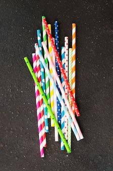 Kleurrijke papieren rietjes van verschillende kleuren voor cocktails en drankjes
