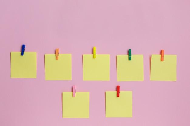 Kleurrijke papieren stickers op roze achtergrond