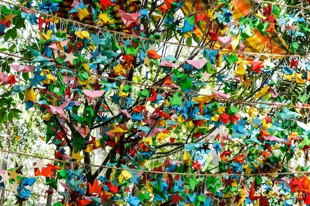 Kleurrijke papieren vogels hangen