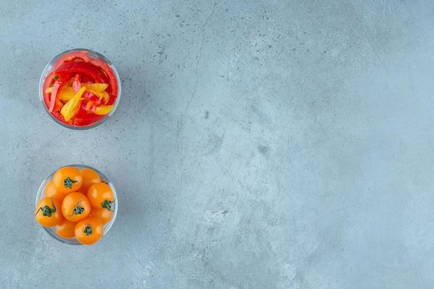Kleurrijke paprikasalade en kerstomaatjes in glazen beker.