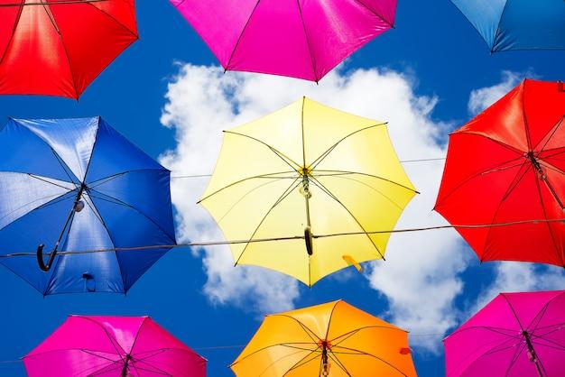 Kleurrijke paraplu's achtergrond. kleurrijke paraplu's in de lucht. straatdecoratie.
