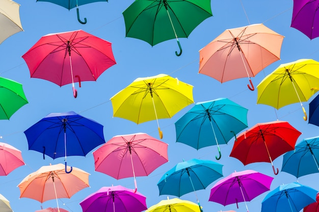 Kleurrijke paraplu's achtergrond. kleurrijke paraplu's in de lucht.