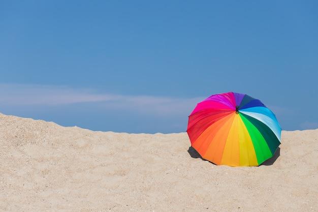 Kleurrijke paraplu's op het strand