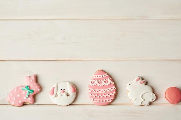 Kleurrijke pasen-koekjes en roze macaron