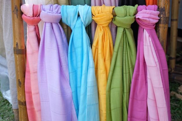 Kleurrijke pashmina sjaals op een openluchtmarkt