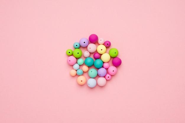Kleurrijke pastel kralen in een cirkel. girly minimalistische compositie