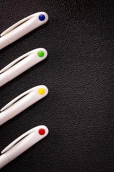 Kleurrijke pen op donkere achtergrond. lege balpen voor uw ontwerp.