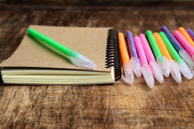 Kleurrijke pennen en boek