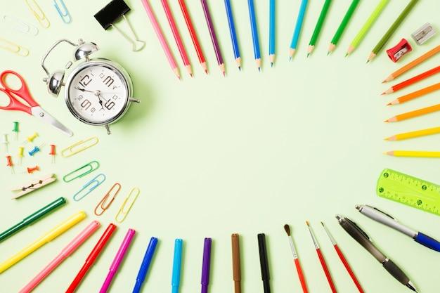 Kleurrijke pennen op een plat oppervlak