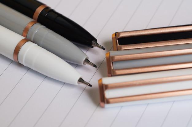 Kleurrijke pennen op een vel van een notitieboekje
