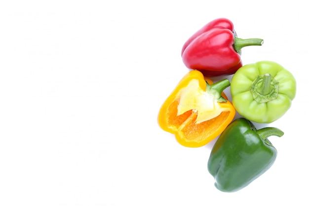 Kleurrijke peper die op een witte achtergrond wordt geïsoleerd