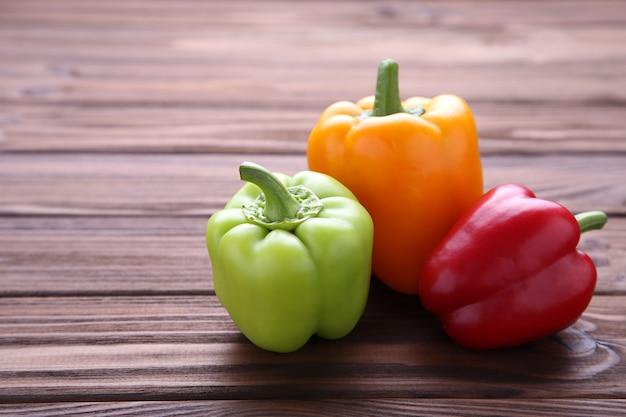 Kleurrijke peper op een bruine achtergrond