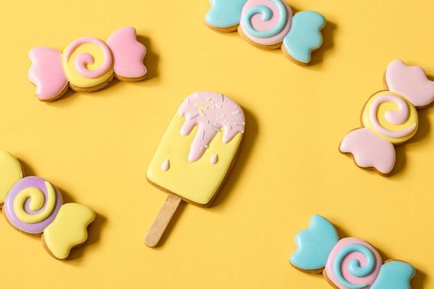 Kleurrijke peperkoekkoekjes in de vorm van snoep en ijs in glazuur.