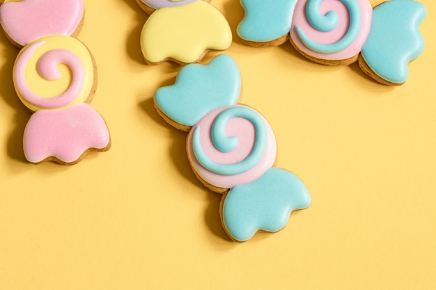 Kleurrijke peperkoekkoekjes in de vorm van snoepjes in glazuur.