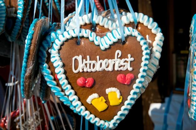Kleurrijke peperkoeksouvenirs van oktoberfest in de stad münchen, duitsland
