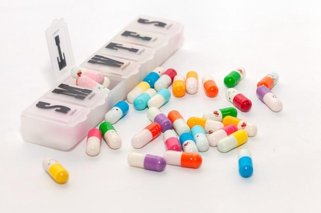 Kleurrijke pil in de doos op witte achtergrond