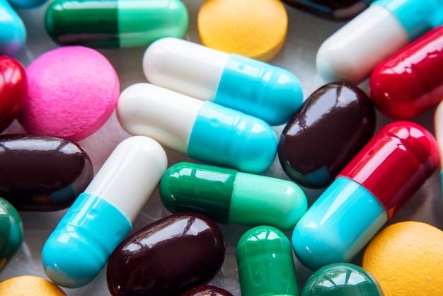 Kleurrijke pillen en drugs