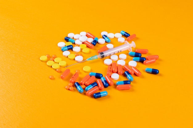 Kleurrijke pillen en naald