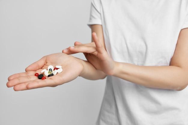 Kleurrijke pillen in de palm van je hand pijnstiller gezondheidsbehandeling farmacologie