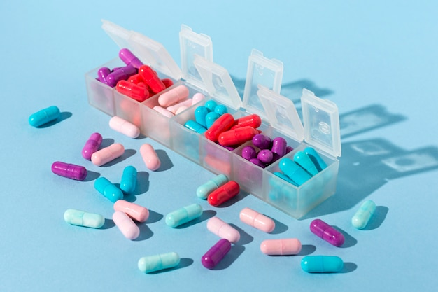 Kleurrijke pillen in dozen