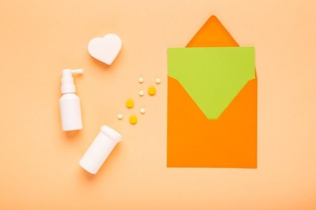 Kleurrijke pillen met envelop en gekleurd papier met vrije ruimte voor een recept c