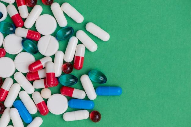 Kleurrijke pillen met kopie-ruimte