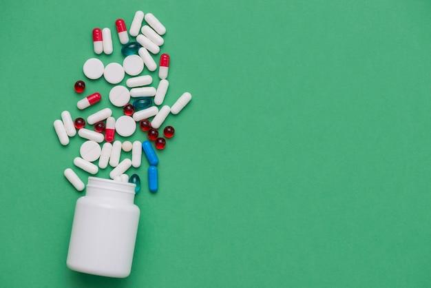 Kleurrijke pillen met witte container