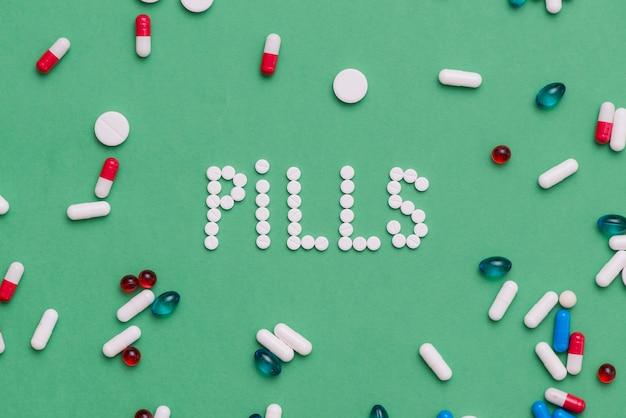 Kleurrijke pillen op groene achtergrond