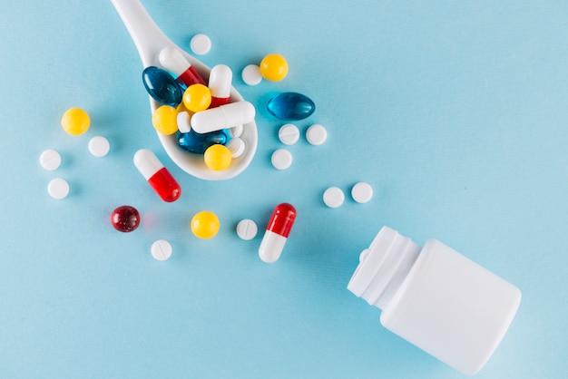 Kleurrijke pillen op lepel