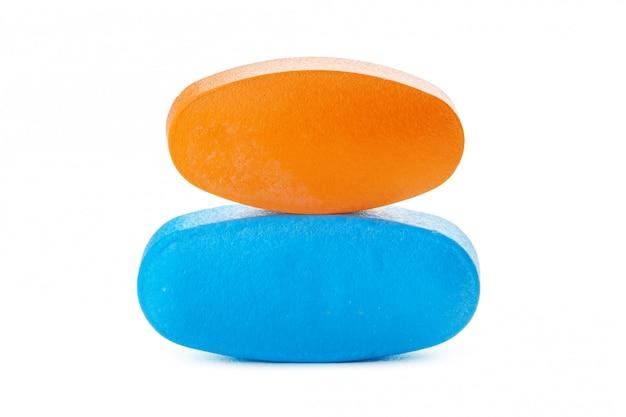 Kleurrijke pillen op wit