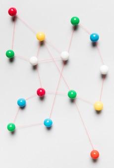 Kleurrijke pinnen bovenaanzicht kaart