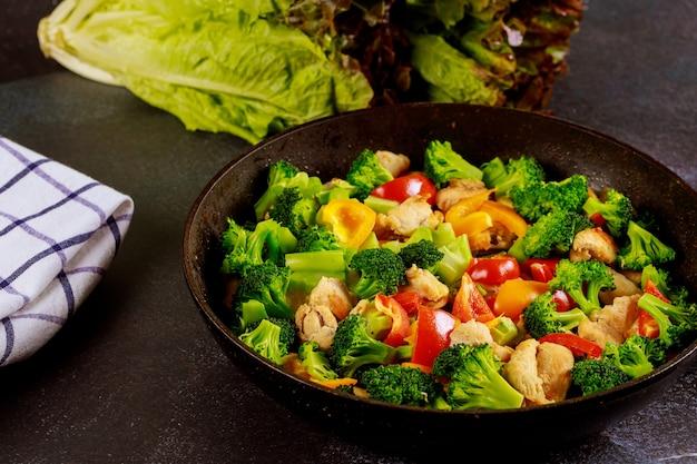 Kleurrijke plantaardige keto-dieetschotel met kippenvlees. gezond eten.