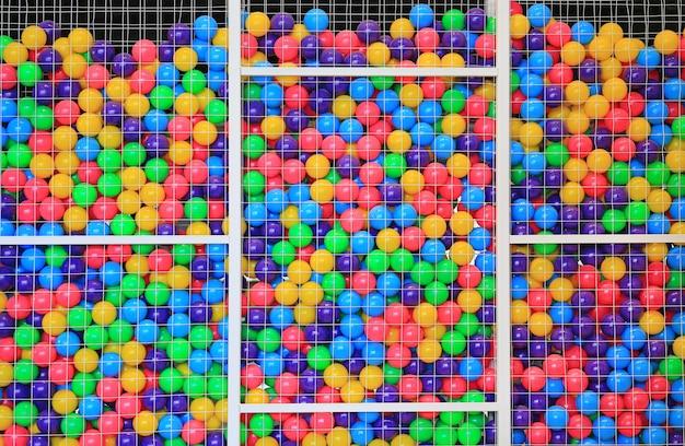 Kleurrijke plastic ballen in kooi op de speelplaats van de kinderen.