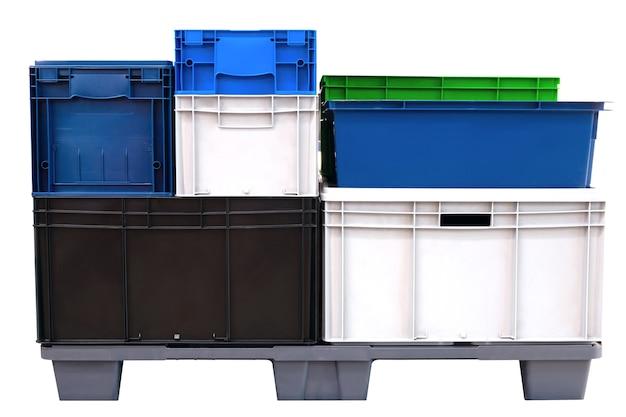 Kleurrijke plastic dozen geïsoleerd op een witte achtergrond, logistiek concept