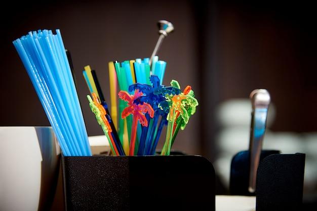 Kleurrijke plastic drinkrietjes. heldere veelkleurige rietjes op de bar.