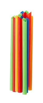 Kleurrijke plastic rietjes, geïsoleerd op een witte achtergrond.