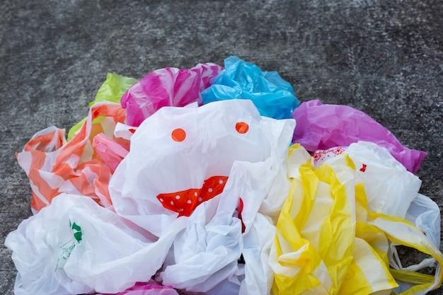 Kleurrijke plastic zakken op cementvloer